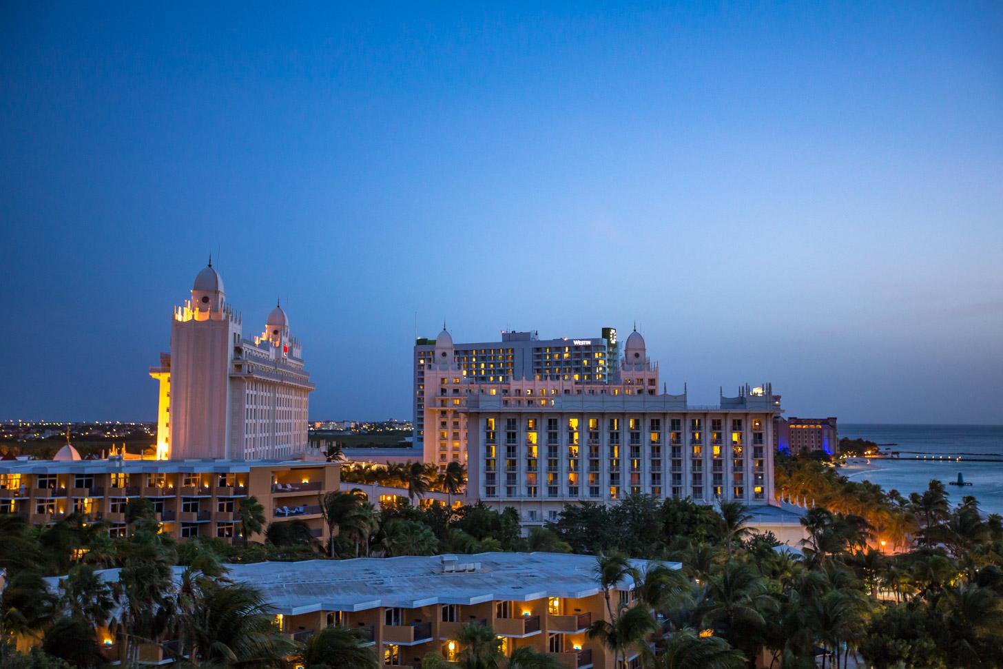 uitzicht op high rise hotels aan Palm Beach, vlak na zonsondergang