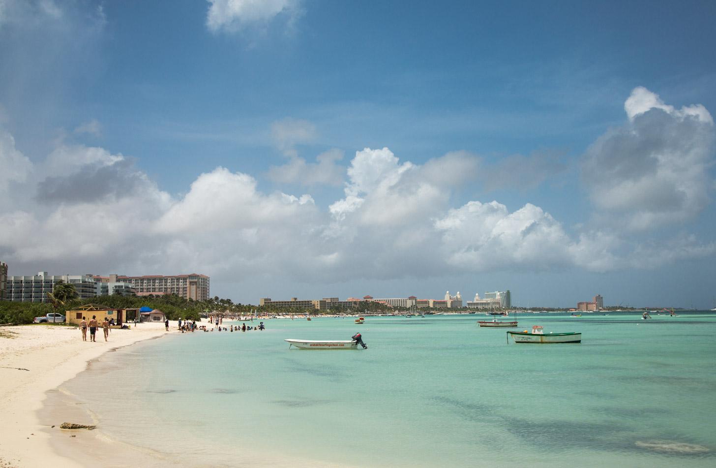 het prachtige strand van Palm Beach met de high rise hotels